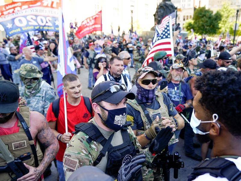 Left- and right-wing demonstrators have clashed at the Kentucky Derby horse race in Louisville.